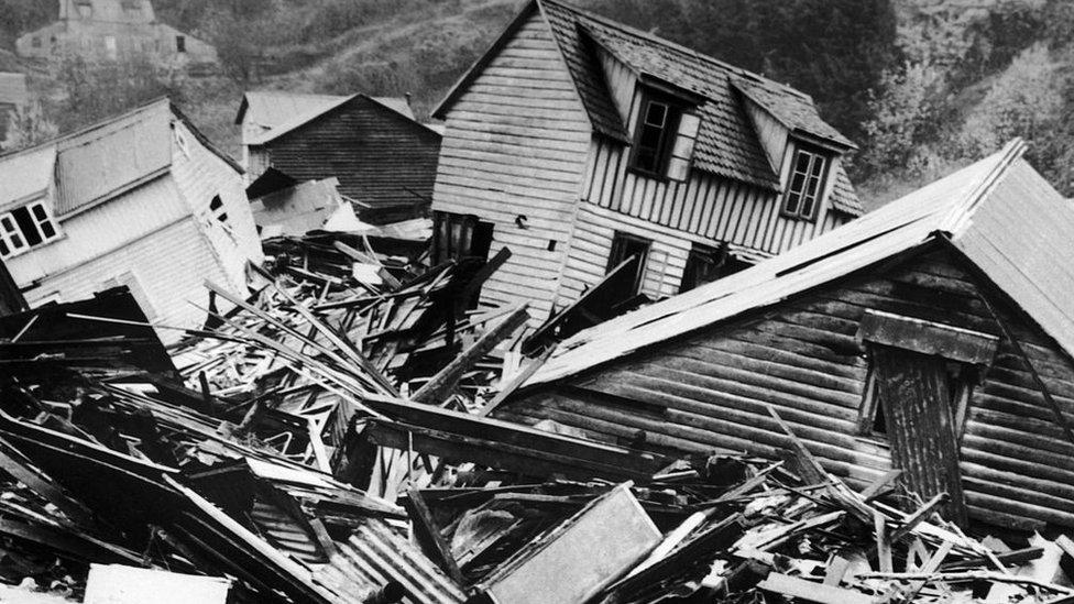 Casas destruidas y escombros tras el terremoto de Valdivia, Chila en 1960.