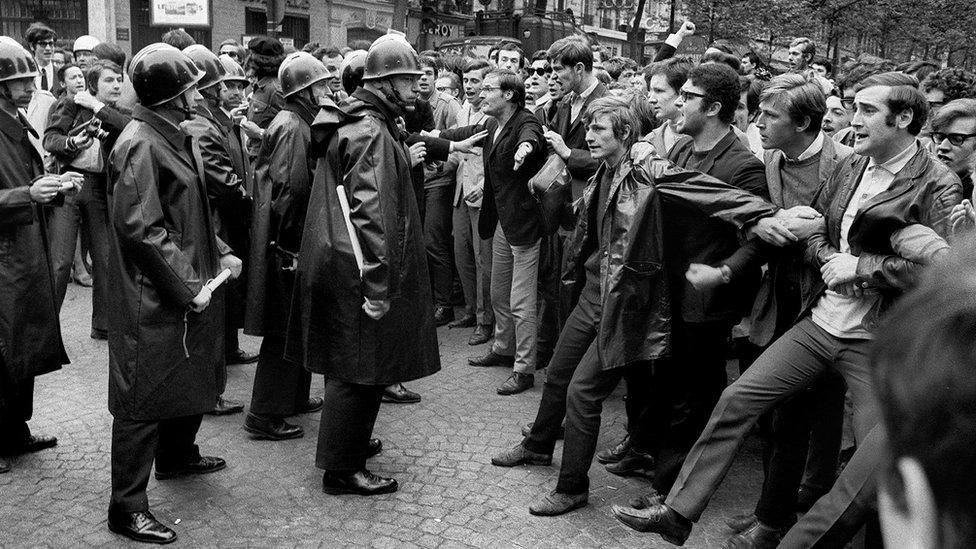 防暴警察1968年在巴黎索邦大學附近的街道與學生示威者發生衝突。