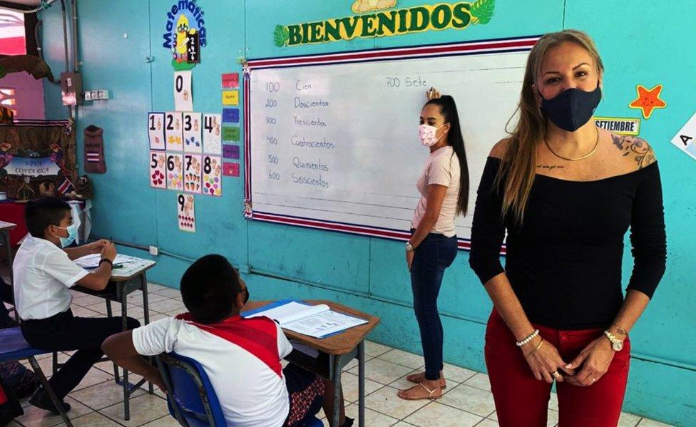 Ruth Zamora en la escuela Tárcoles