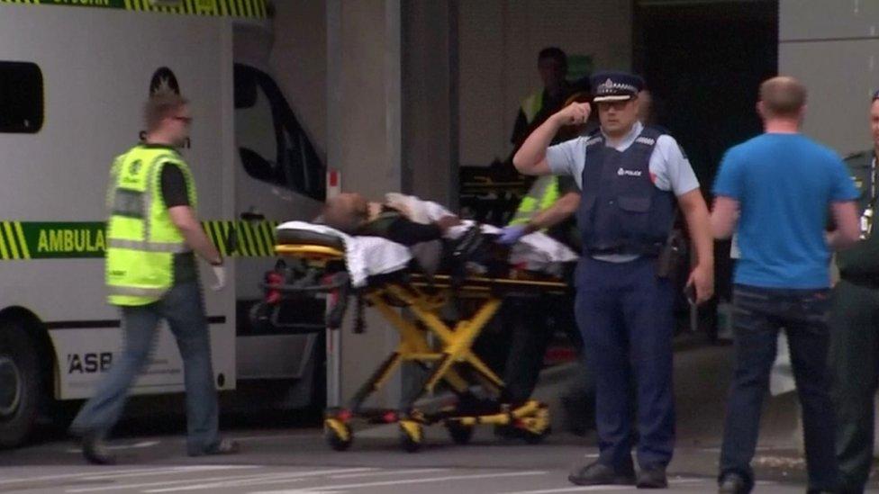 Osoblje Hitne pomoći novi ranjenog na nosilima, Novi Zeland