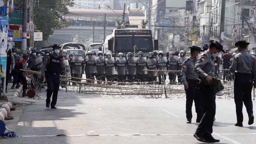 Policía bloqueando las calles en Yangón.