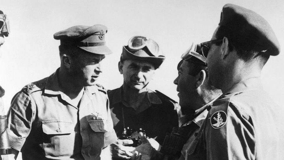إسحق رابين (يسار) كان رئيس أركان الجيش الإسرائيلي في عام 1967