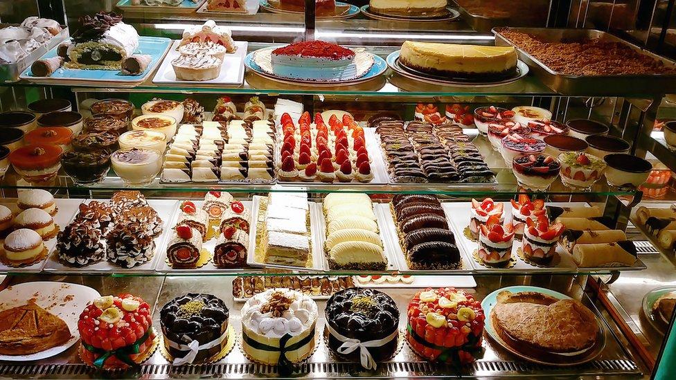 Tortas y dulces en una tienda.