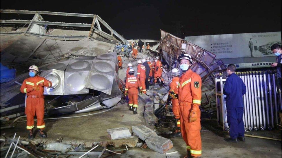 Equipos de rescate buscan sobrevivientes entre los escombros.