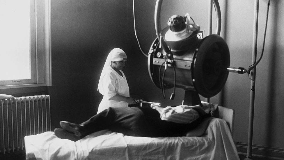 Una máquina de rayos X en Francia a inicios del siglo XX.