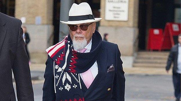 Gary Glitter llegando al tribunal donde lo juzgaron por abuso sexual de menores