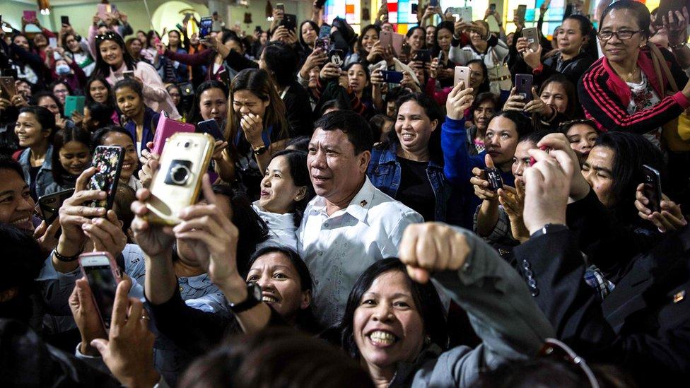 當杜特爾特的模仿者在香港教堂內出現時,幾乎以假亂真引發一陣騷動,更被一眾參加彌撒的信徒圍住。