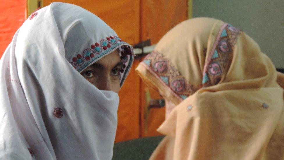 Zainab Bibi (izq)