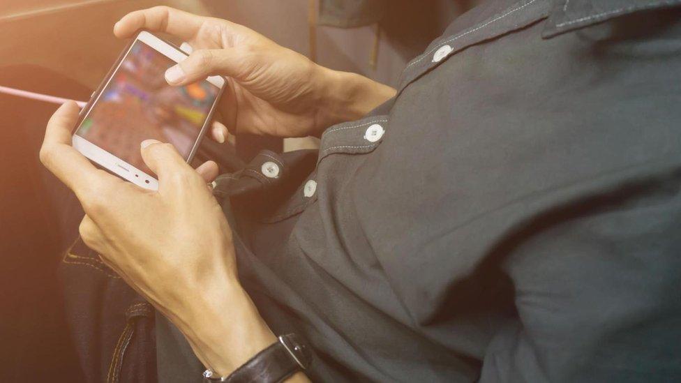 La tecnología moderna, con los teléfonos móviles, las redes sociales y los videojuegos, es un espacio fértil para las distracciones.