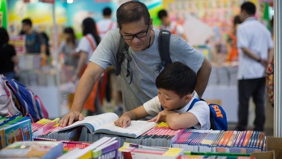 鮑樸對BBC中文表示,銅鑼灣書店事件發生後,不管是在香港書展還是在平日的香港書店中,這些政治敏感書籍的數量都急劇下降,銷量也急劇下降。
