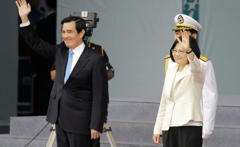 Ma Ying-jeou and Tsai Ing-wen wave at crowds outside the presidential palace in Taipei (20 May 2016)