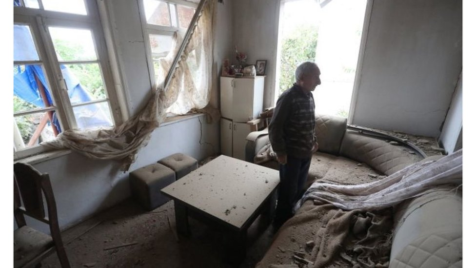 رجل في منزله المتضرر