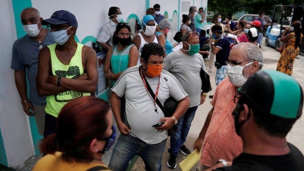 Cubanos usando máscaras