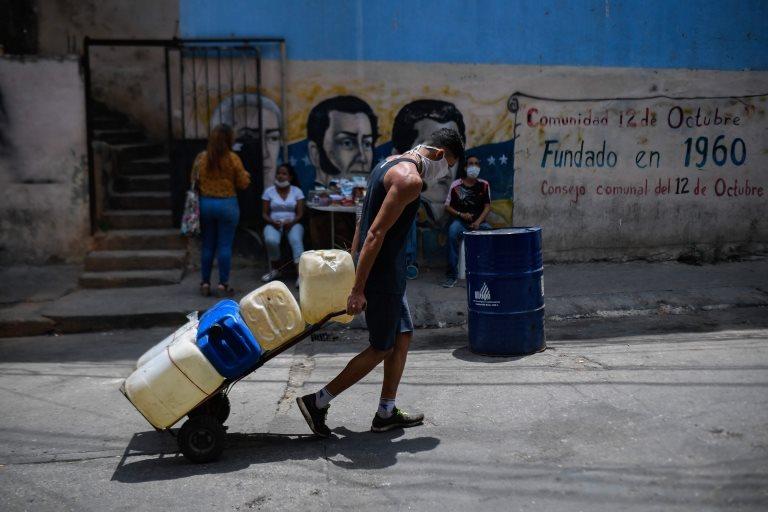 hombre cargando agua