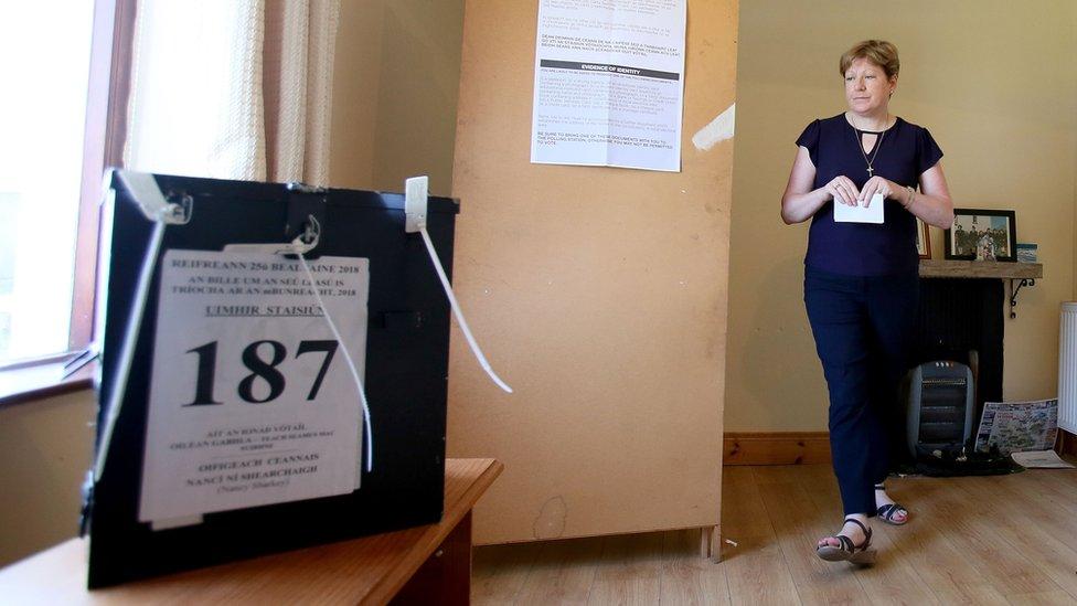 Una mujer vota en Irlanda