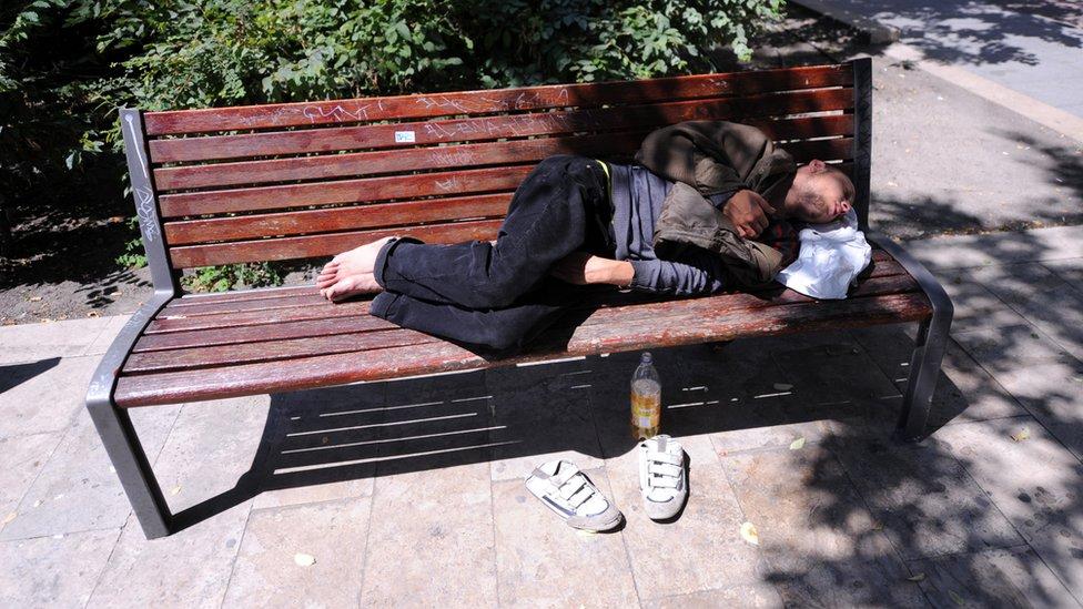 Beskućnik na klupi u parku u Budimpešti