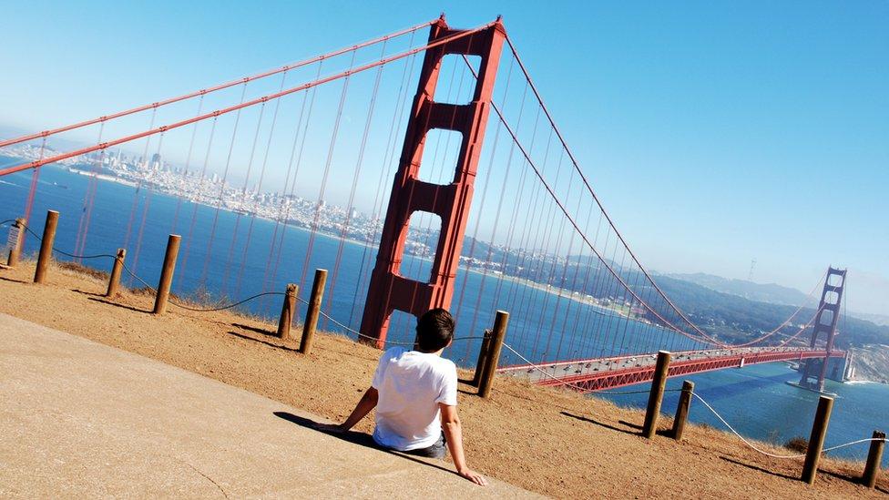 Un joven mira al puente Golden Gate de San Francisco.