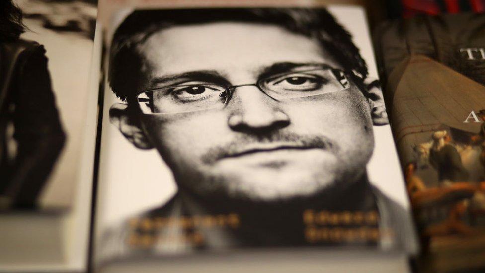 Edward Snowden huyó de Estados Unidos y actualmente vive en Rusia.