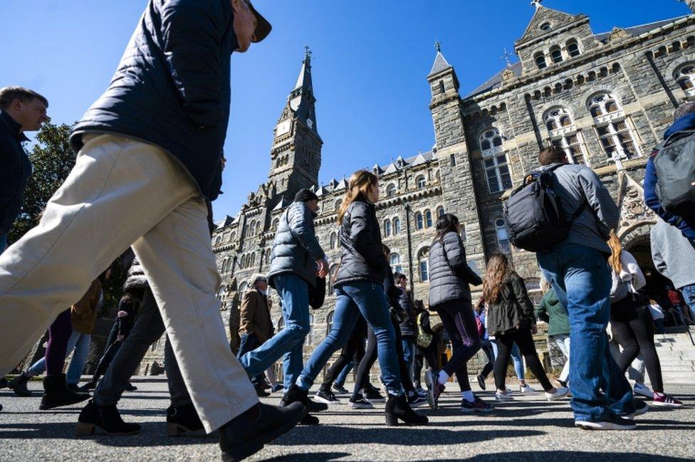 Potenciales estudiantes hacen una gira de la Universidad de Georgetown, en Washington DC