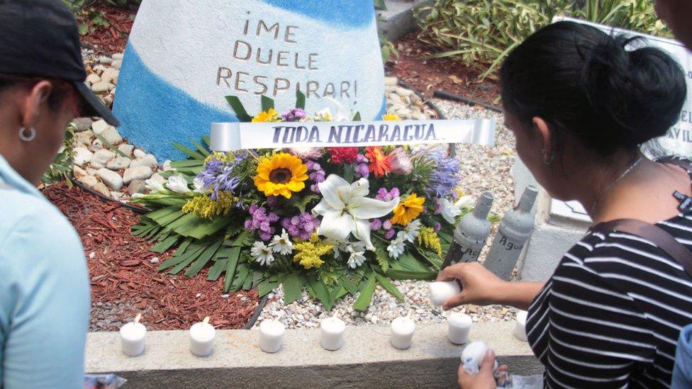 Familiares de Álvaro Conrado encienden velas en su tumba