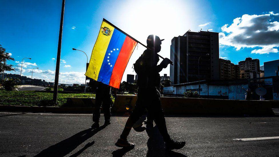 Hombre venezolano con bandera