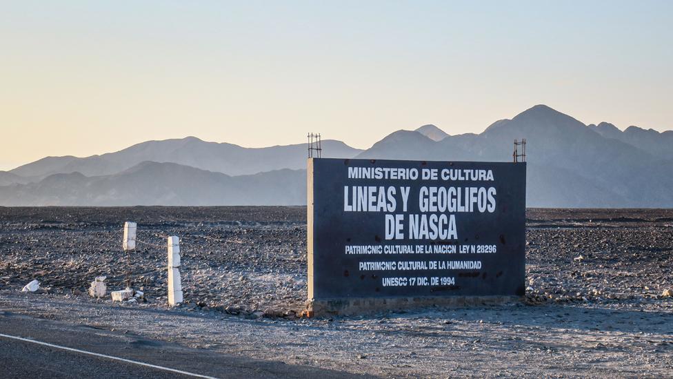 """Carretera con un cartel que reza """"Líneas y Geoglifos de Nasca"""""""