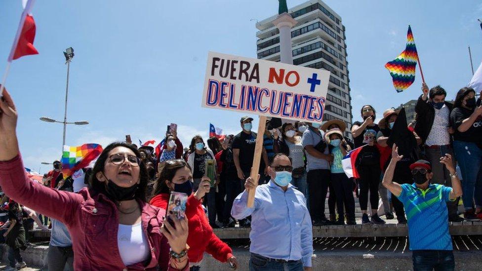 En la protesta habían personas con pancartas relacionando a los migrantes con delincuentes.