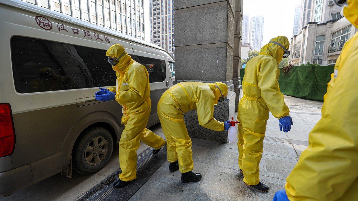 武漢漢口殯儀館的工作人員在進行消毒工作。