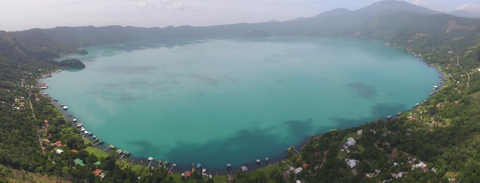 Lago de Coatepeque con coloración turquesa.