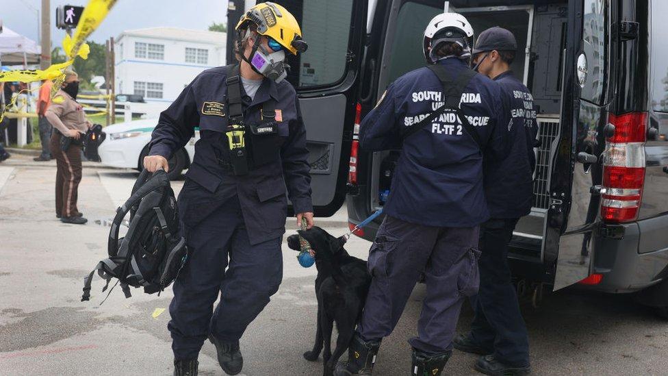 Miembros de la unidad de Búsqueda y Rescate del Cuerpo de Bomberos de Miami-Dade desplegados ante el derrumbe en Surfside.