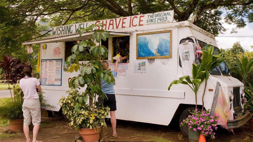 Personas comprando helado.