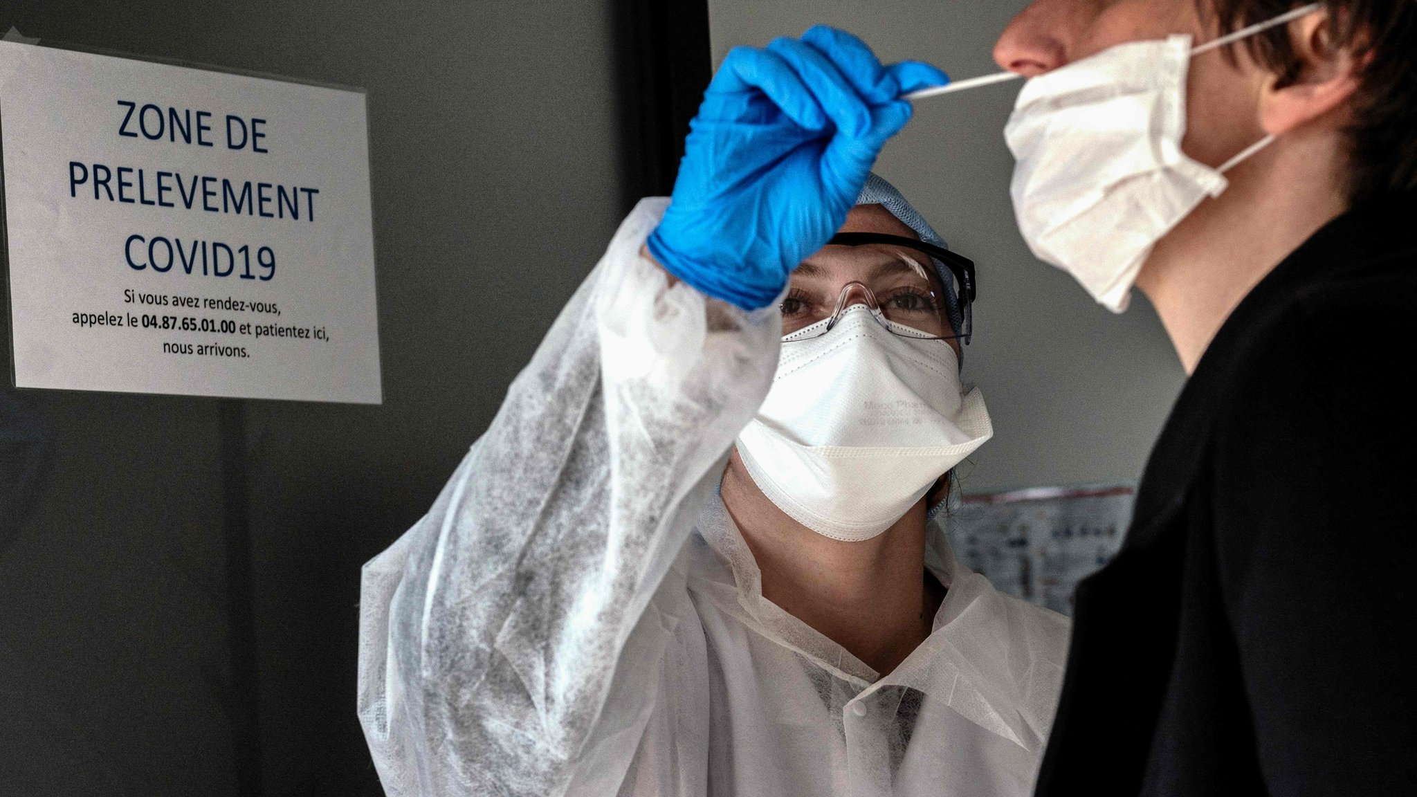A person is tested for the Covid-19 virus in Villeurbanne, France (23 March 2020)