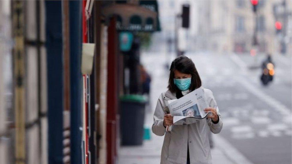 Žena čita novine