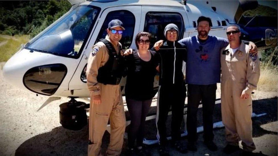Yardım ekibinin kurtardığı Krystal Ramirez, oğul Hunter Whitson ve baba Curtis Whitson