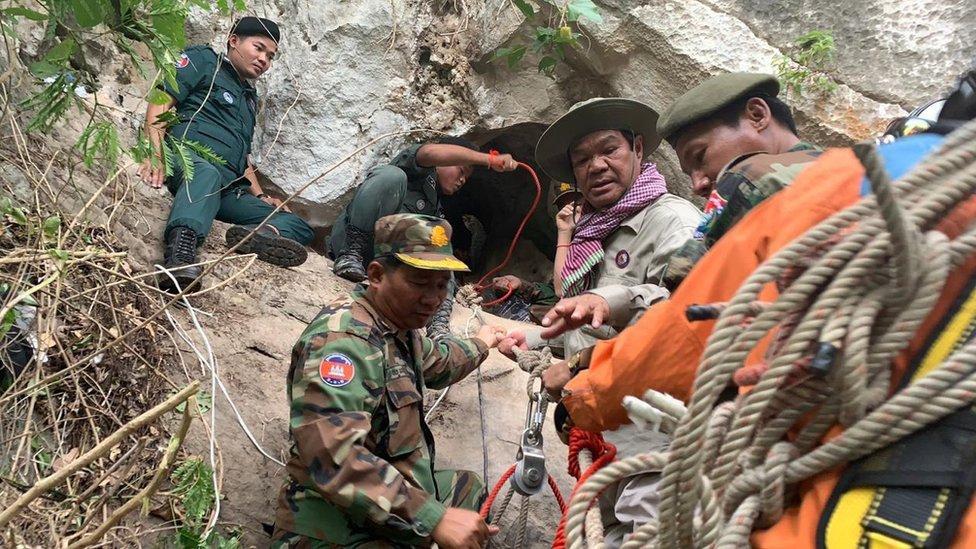 Equipo de rescate en la entrada a la cueva en Camboya.