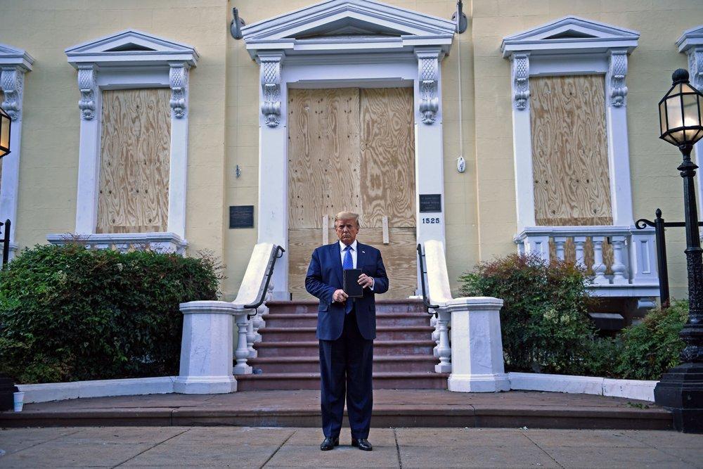 Američki predsednik Donald Tramp drži Bibliju ispred crkve Svetog Jovana
