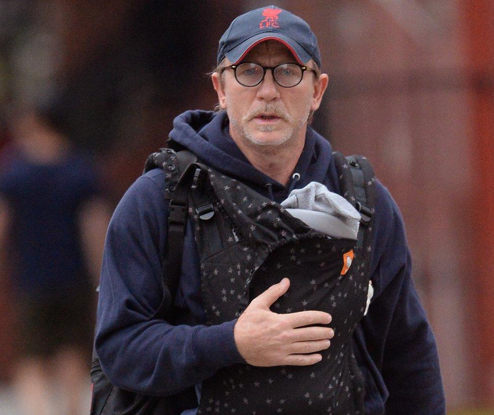 Daniel Craig carrying his daughter