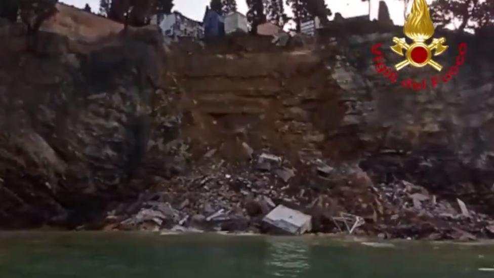 تظهر صور المنحدر الصخري المنهار التوابيت والحطام في المياه
