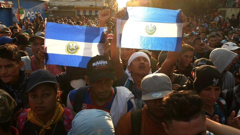Salvadoreños en caravana de migrantes.
