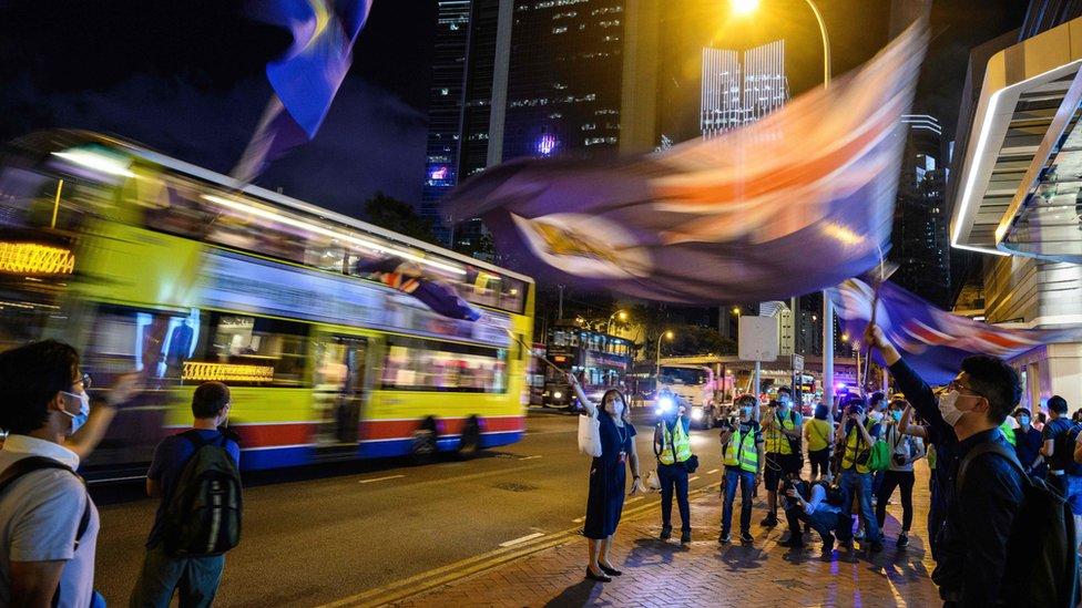 香港「反送中」示威者在太古廣場外揮舞港英時代旗幟(15/5/2020)