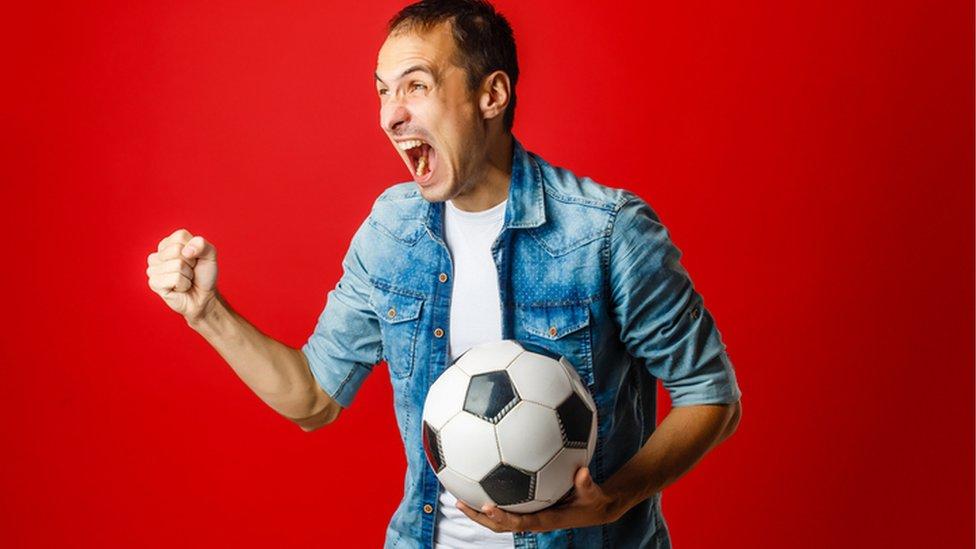 Un aficionado al fútbol.