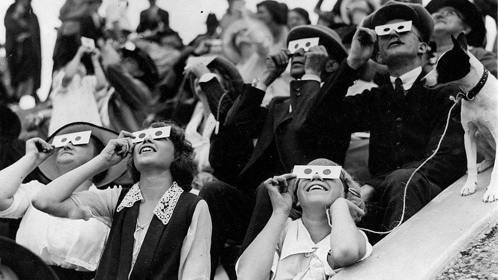 Personas viendo un eclipse el 10 de septiembre de 1923.