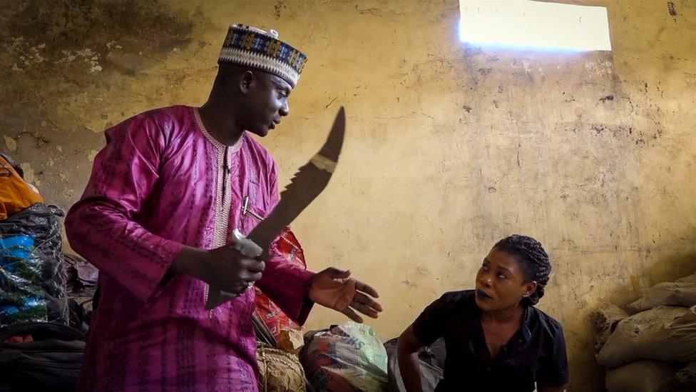 Los agentes antinarcóticos de Nigeria confiscaron este machete de una banda de traficantes.