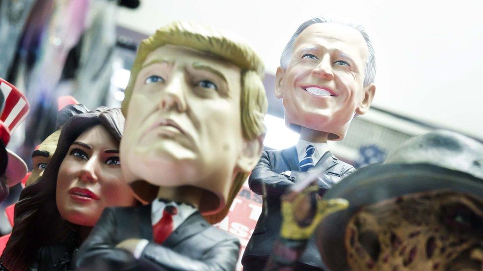 Figuritas de Trump y Biden en Nueva York