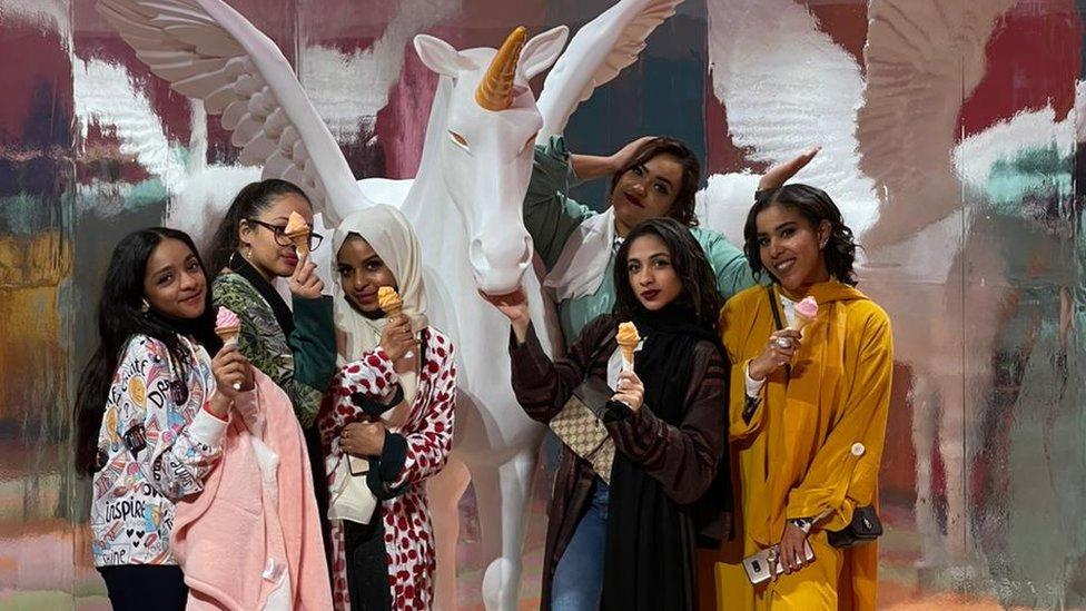 حنان ابو بكر مع صديقاتها
