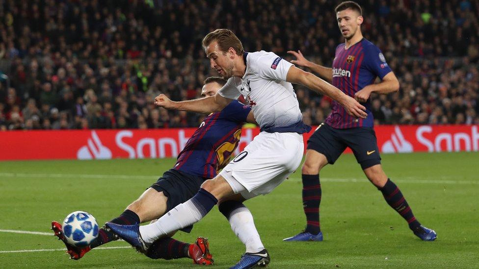 هاري كين لاعب فريق توتنهام الانجليزي في مواجهة أمس الثلاثاء