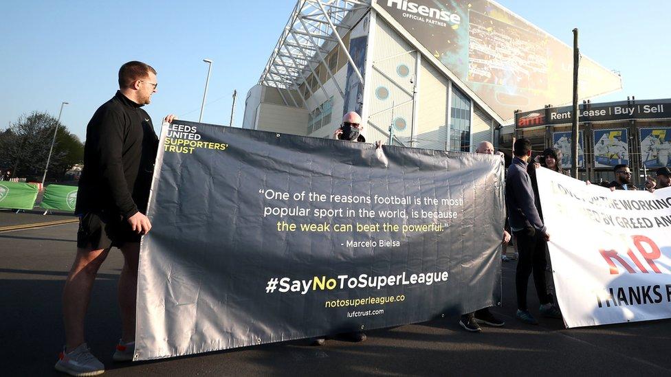Leeds United taraftarları maç öncesi açtıkları bir pankartta ESL projesini Arjantinli eski futbolcu ve teknik direktör Marcelo Bielsa'nın sözleriyle eleştirdi: