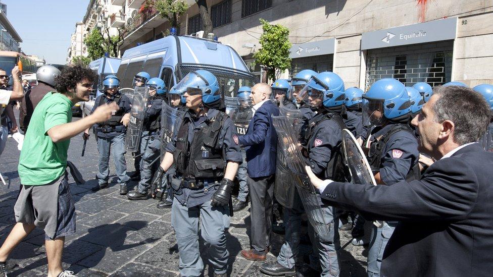 Demonstranti (levo) se sukobljavaju sa policajcima u pokušaju da uđu u poresku upravu tokom protesta protiv mera štednji u maju 2012. godine.