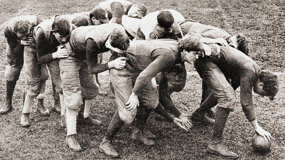 Una jugada de fútbol americano en 1890