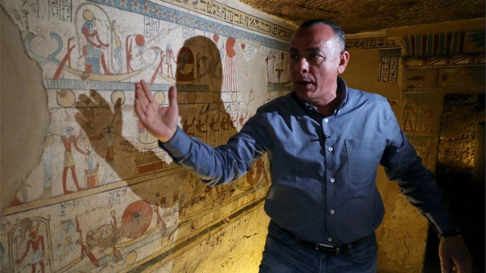 الأمين العام للمجلس الأعلى للأثار في مصر يشرح الصور المرسوم على الجدران